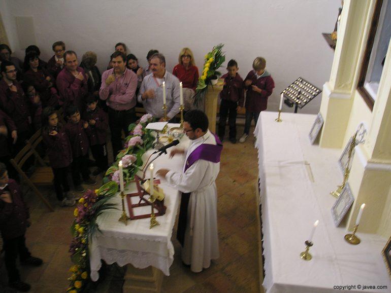 El cura Marlon Palacios oficiando la misa