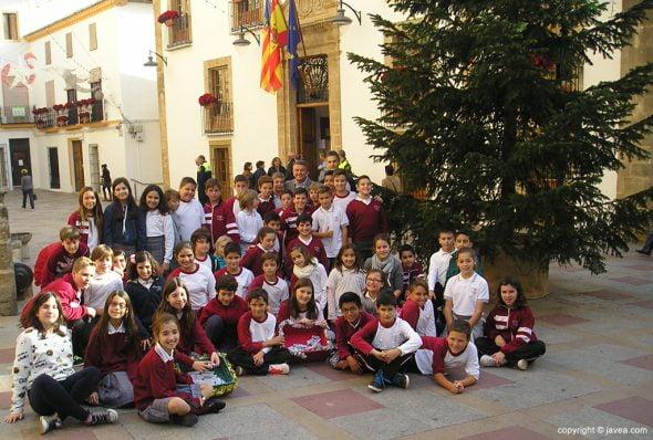 Imagen: Escolares del María Inmaculada con el alcalde