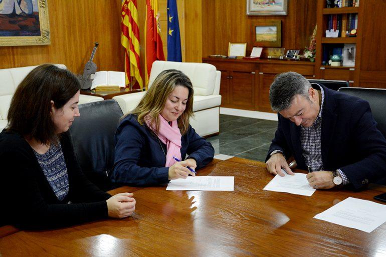 Firmando el convenio con el UNED