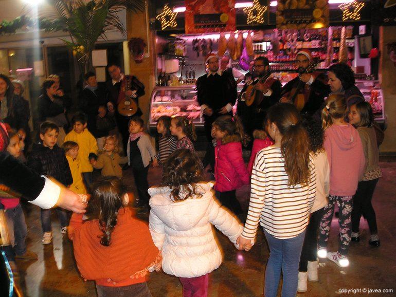 Niños bailando con la tuna