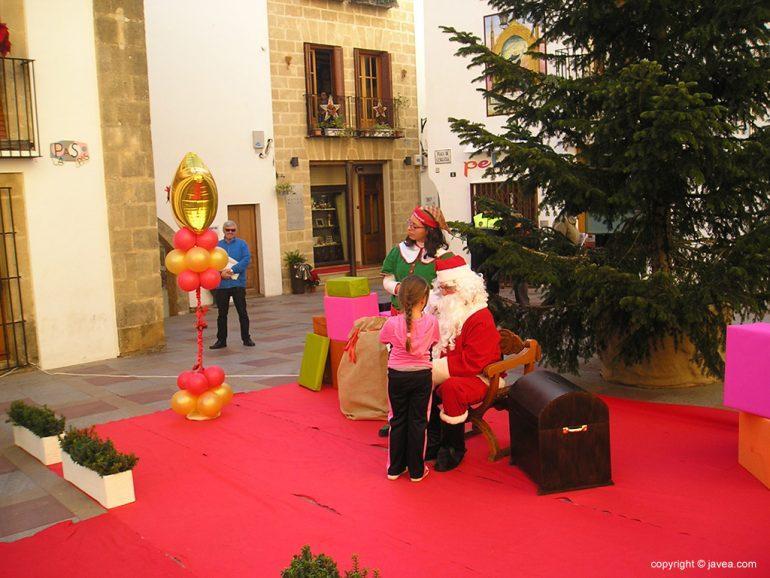 Papá Noel con una niña