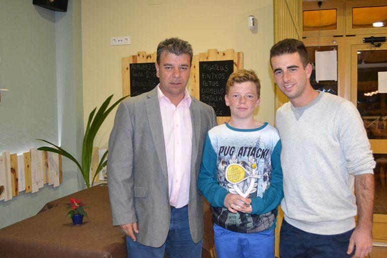 Toni Colomer con los campeones de Pádel