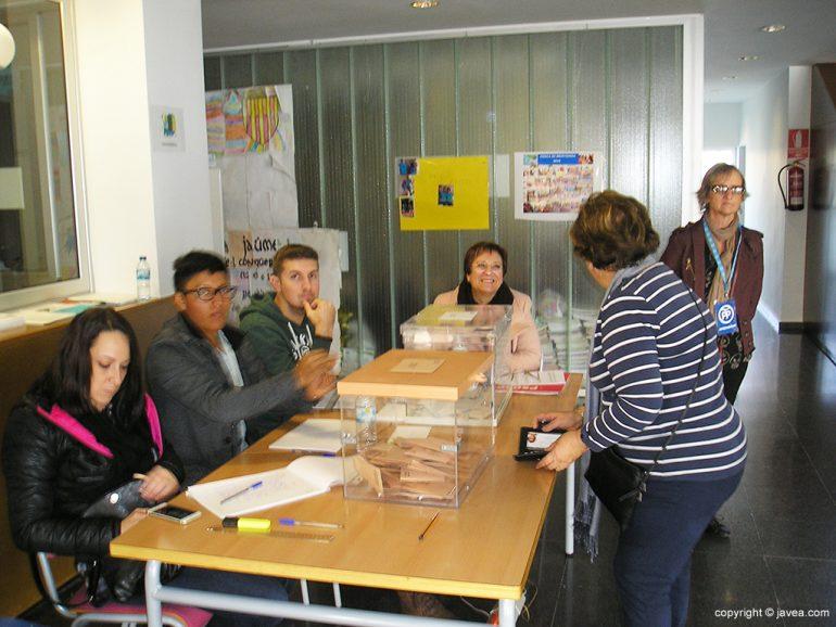 Una de las mesas electorales en el Arenal