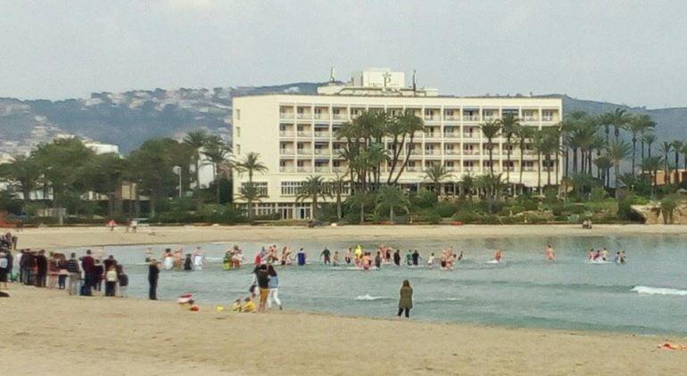 Bañistas en 1 de enero en la playa de El Arenal