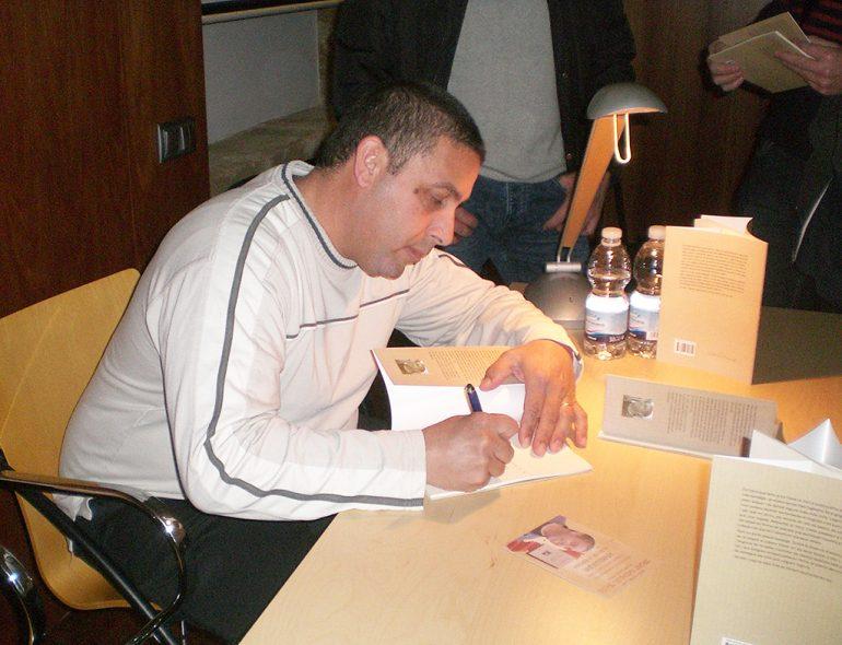 Josep Dkaidek firmando su libro