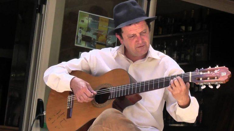 Paco Alcayde tocando la guitarra