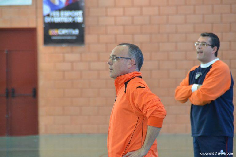 Pep Hierro dirigiendo a su equipo