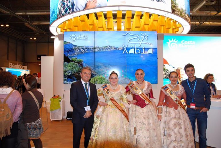 Segarra y Chulvi con las representantes de Fogueres en FITUR