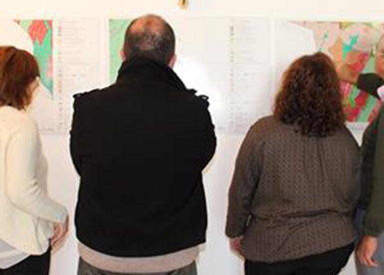Vecinos consultando el PGOE de Benitatxell