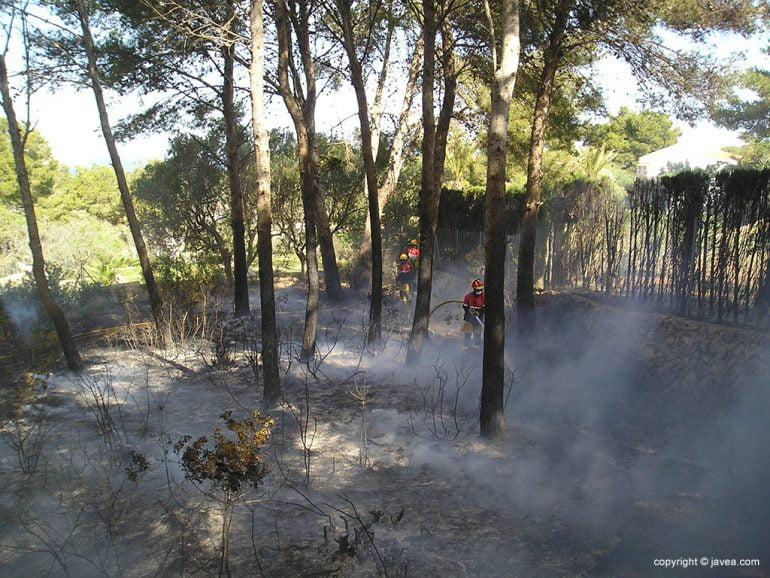 Bomberos en el incendio de Cap Martí
