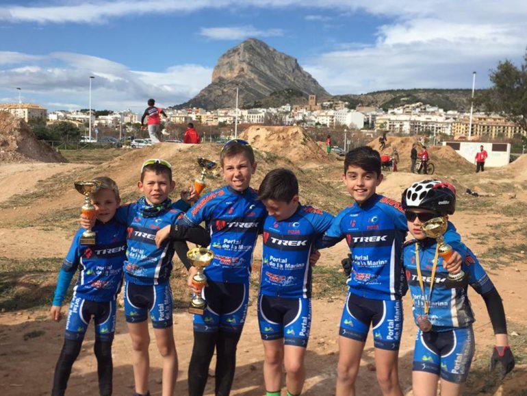 Chicos del Portal de la Marina-Xàbia's Bike con sus trofeos