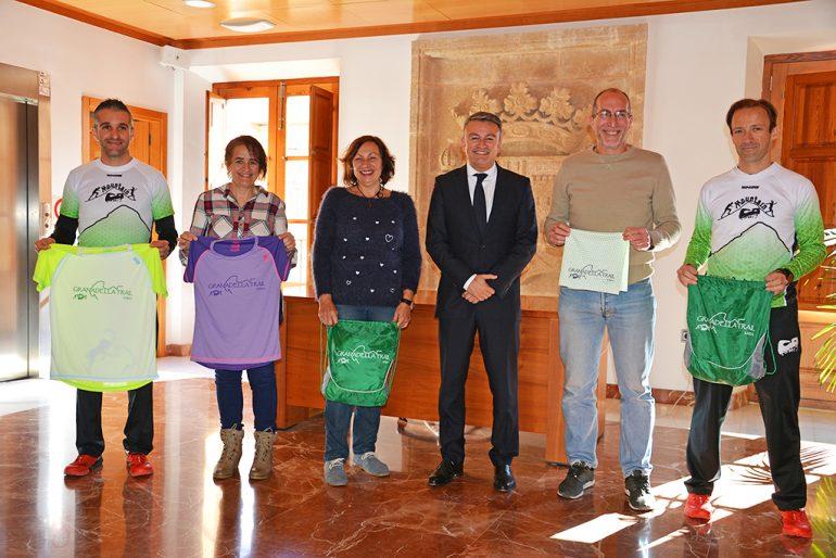 Chulvi y Colomer junto a Isaac Díaz, Julio Almazán y representantes del CA Llebeig