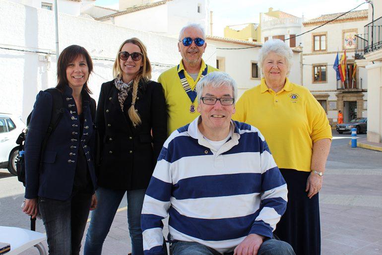 Jacinta Pastor y Myra van 't Hoff con miembros de  Lyons Club