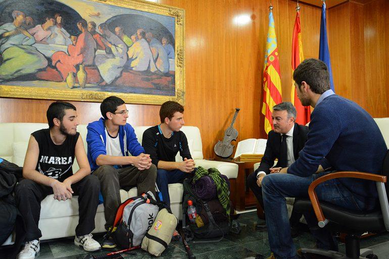 Los estudiantes con Chulvi y Segarra en el ayuntamiento