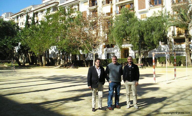 José Luis Luengo con dos comerciantes del barrio de Thiviers