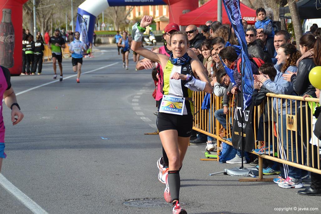 Mª Isabel Ferrer cruzando la meta