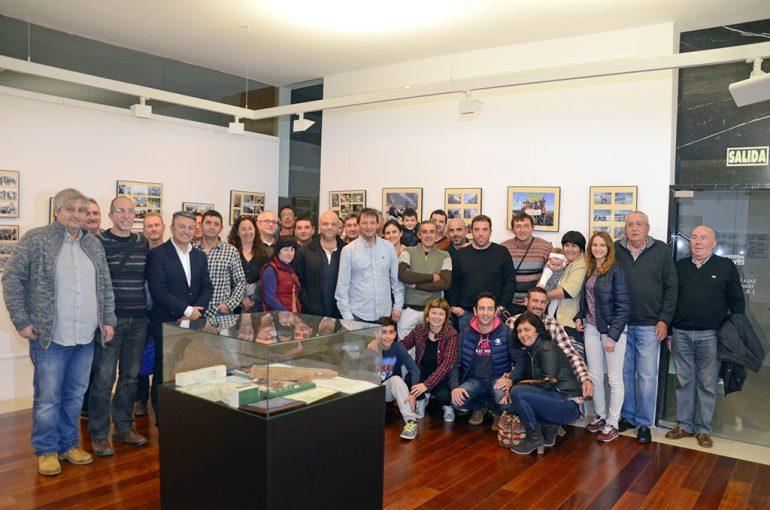Miembros del Centro Excursionista Xàbia en su exposición