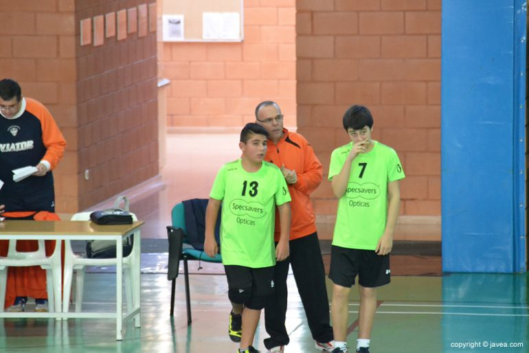 Pep Hierro dando instrucciones a sus jugadores