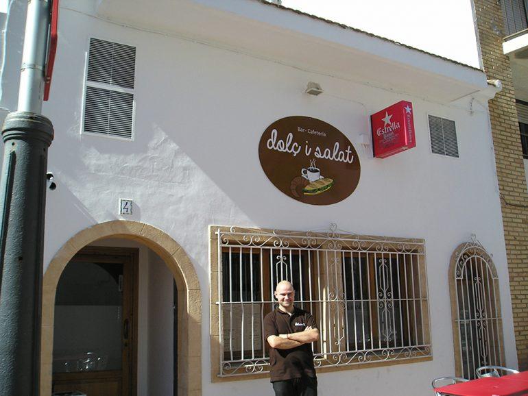 Simón Montague ante la puerta de su restaurante