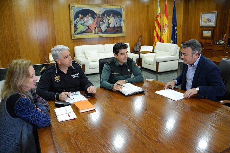 Chulvi con miembros de Policía Local y Guardia Civil