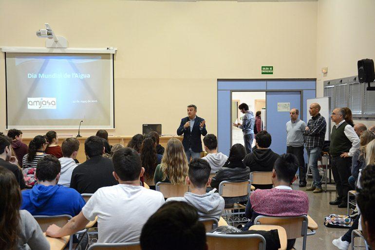 Chulvi en su charla a los alumnos del IES Nº 1 con motivo del Día del Agua