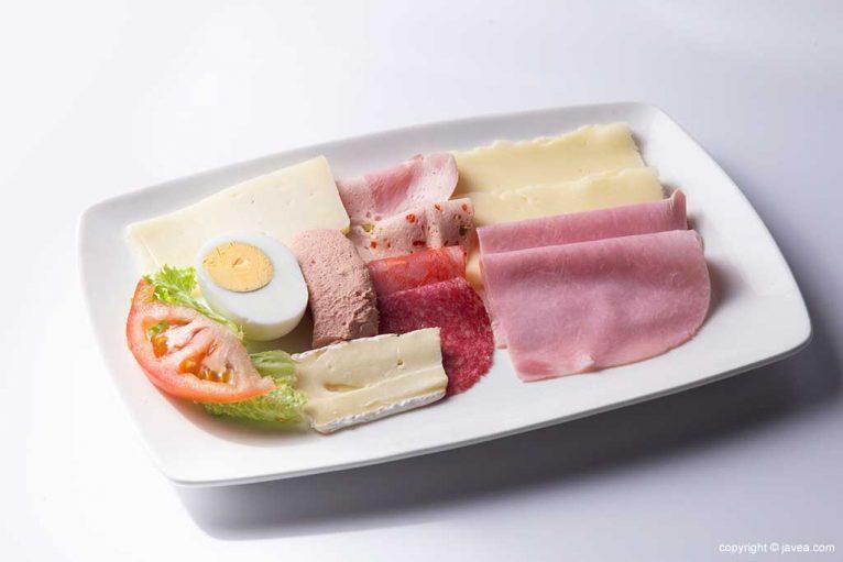 Embutidos y quesos en Austriaco Café Wien