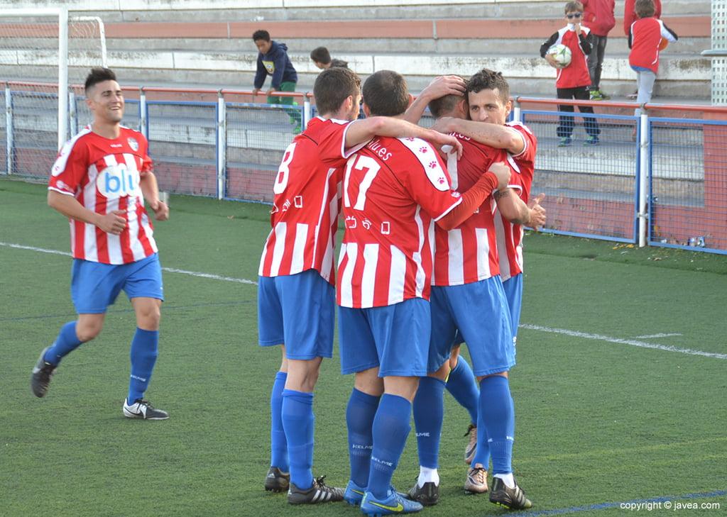 Los jugadores del CD Jávea celebrando un gol