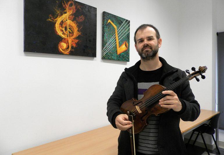 Raúl Capella con el violín donado por la familia Hulleman