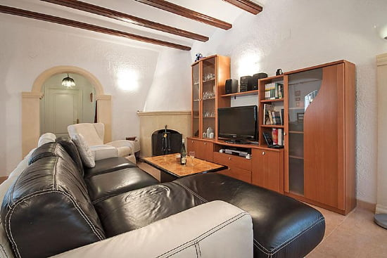 Salon con chimenea Aguila Rent a Villa
