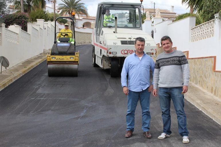 Toni Colomer controlando los trabajos de asfaltado en Benitatxell