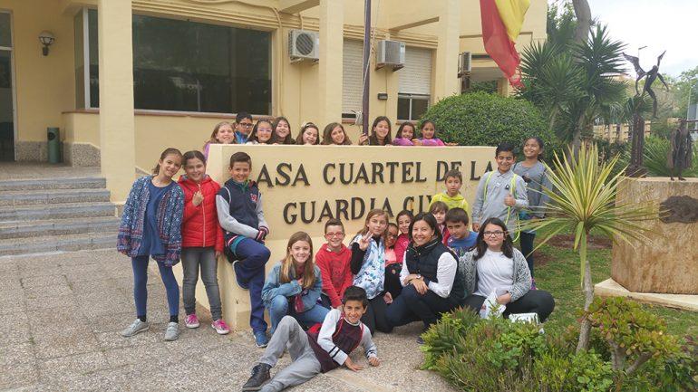 Alumnos del Port de Xàbia de visita  al cuartel de la Guardia Civil