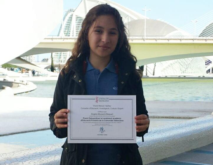 Angela Albuixech mostrando su diploma