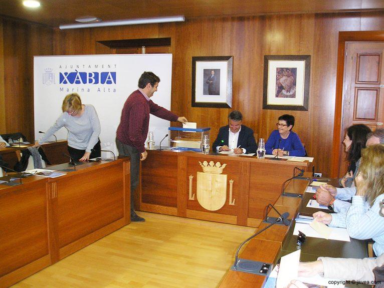 Antonio Miragall ejerciendo su voto