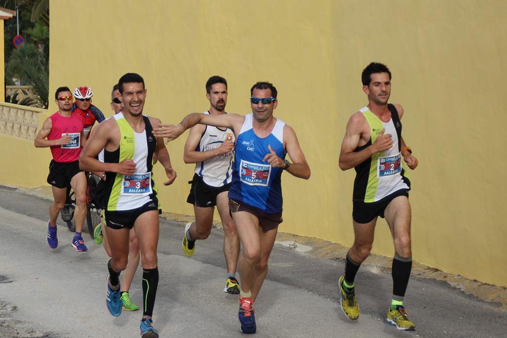 Atletas de CA Llebeig Xàbia à frente da corrida