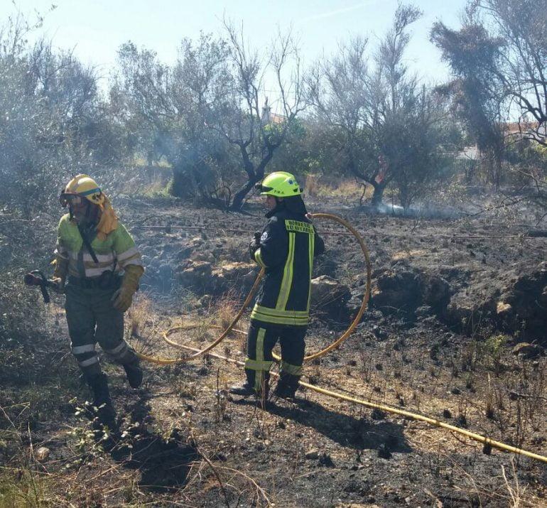 Bomberos extinguiendo el fuego