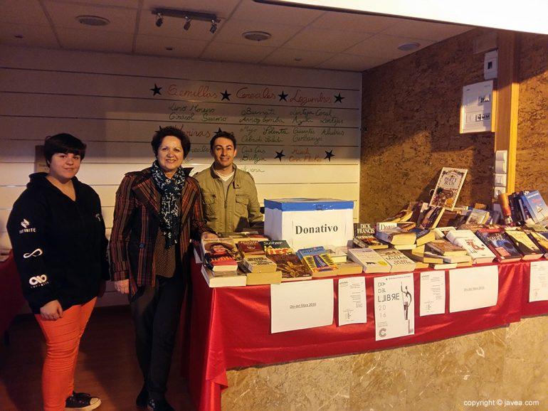 Catalina Cardona en el stand de libros liberados