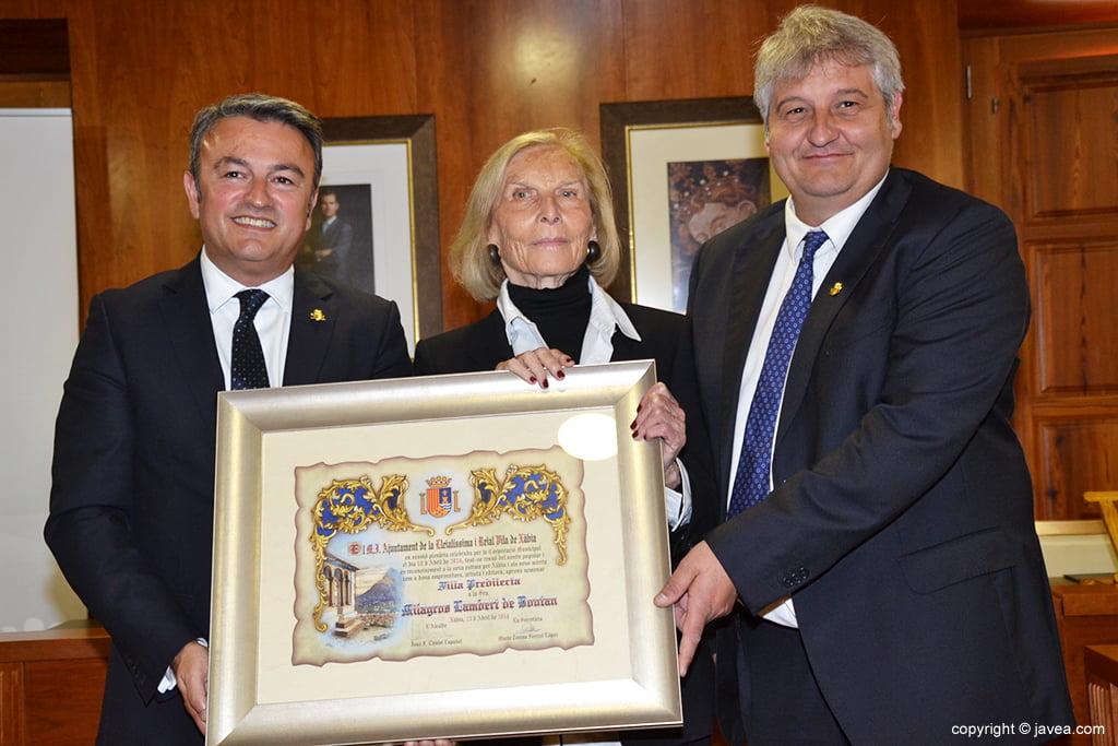 Chulvi, Lambert i Moragues amb el pergamí