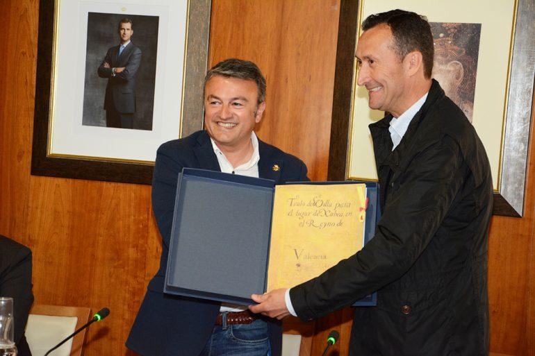 El alcalde de Elche entrega un regalo al de Xàbia