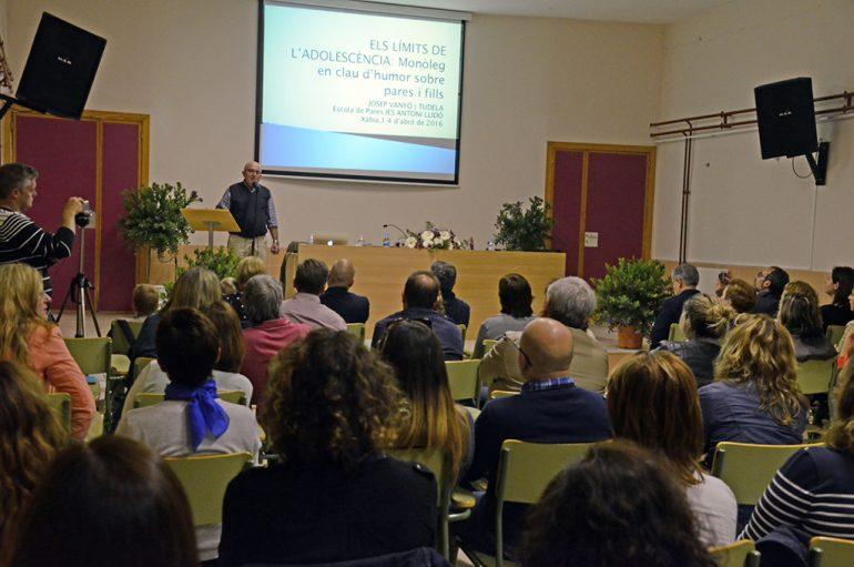 El profesor Josep Vanyó realizando su monólogo