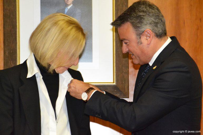 José Chulvi imponiendo la medalla de oro