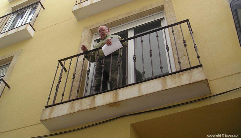 Manel Mir protestando en su casa