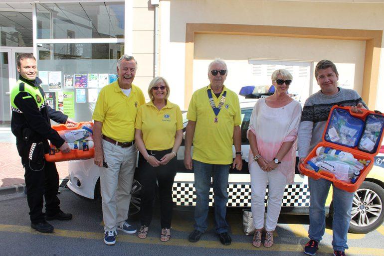 Miembros del Lions Club donando el material sanitario