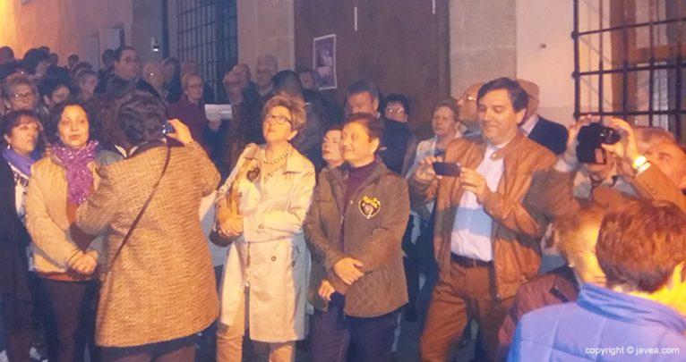 Público frente a la capillita del santo