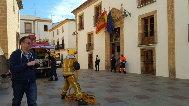 Bomberos en el simulacro de incendio en al ayuntamiento de Xàbia