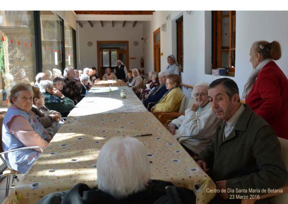 Usuarios del Centro Santa María de Betania en el taller de monas