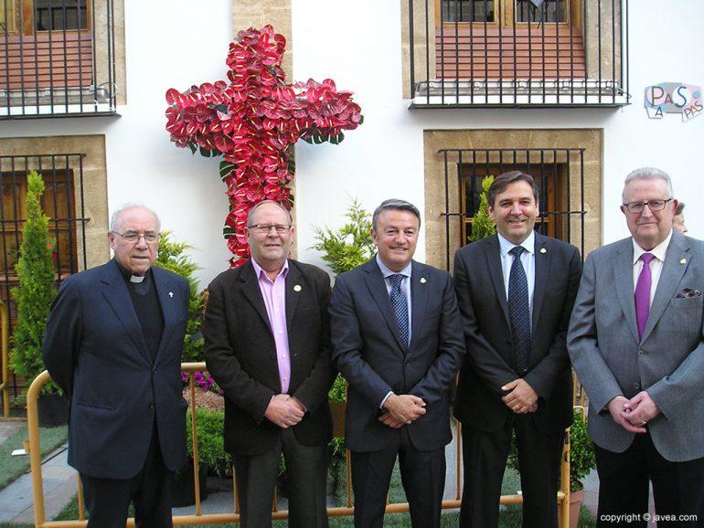 Autoridades en la Cruz de la plaza del la iglesia