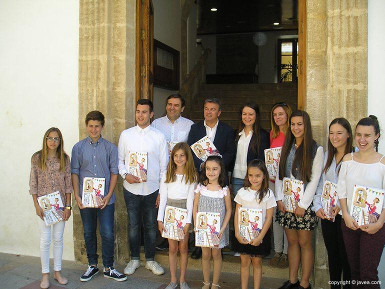 Autoridades municipales y festeras con el libro de Fogueres 2016