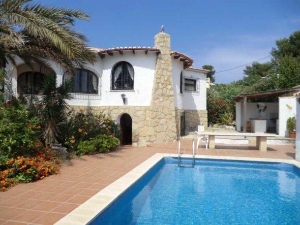 Fachada y piscina Atina Inmobiliaria