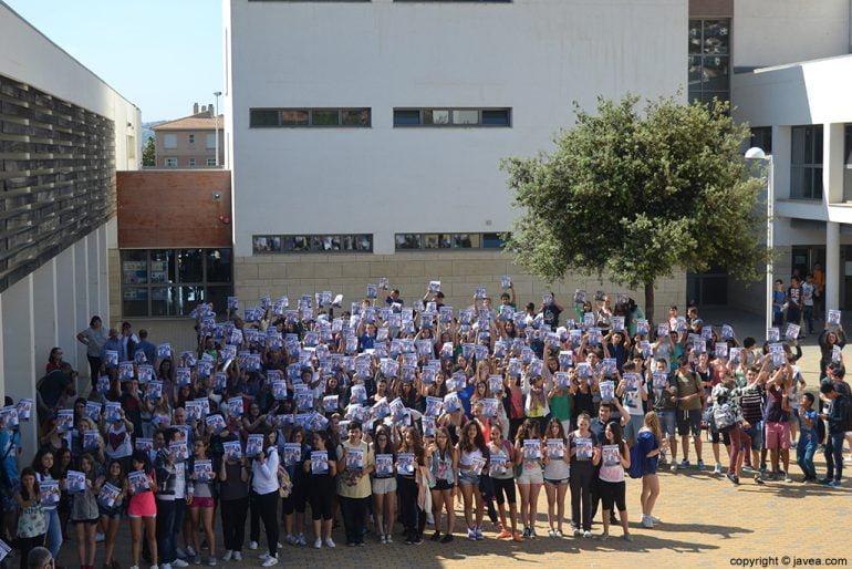 Los alumnos de IES n1 de Xàbia se han concentrado pidiendo que Khrystyna vuelva a casa
