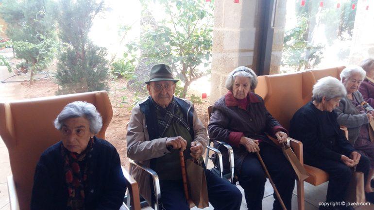 Los ancianos con los presentes dados por la Cofradía del Nazareno